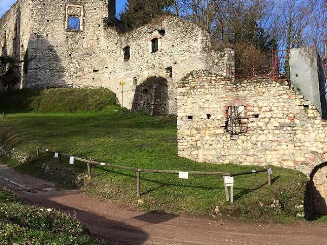 Arona foto della Rocca Borromea