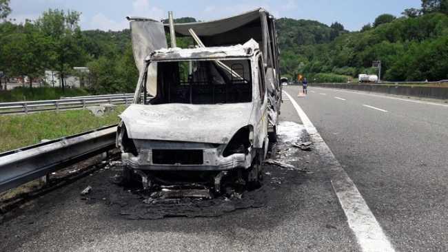 Brovello C furgone in fiamme