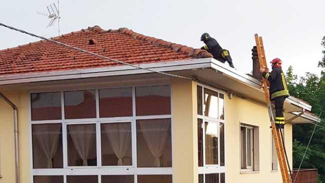 vigili fuoco pombia tetto fulmine
