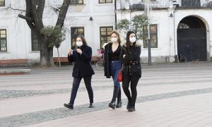 covid piazza mascherina gente